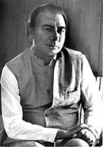 Sahir Ludhiyanvi ساحرلدھیانوی (۸مارچ ۱۹۲۱ئ۔ ۲۵اکتوبر۱۹۸۰ء) کا اصل نام عبد الحئی تھا ،ان کا شمار اہم ترقی پسند شاعروں میں ہوتا ہے۔ ساحرلدھیانوی کی شہرت جتنی ان کی فلمی گیتوں کی وجہ سے ہے ،اتنی ہی اچھی غزلوں کی وجہ سے بھی ہے، ساحر ان چند باکمال شعرا میں تھے جنھوں نے فلمی دنیا میں رہتے ہوئے ادبی وقار بحال رکھا ، یہی وجہ تھی کہ انھیں جتنی شہرت فلم انڈسٹری میں ملی اتنی ہی شہرت ادبی دنیا میں بھی ملی اور پوری عمر دونوں حلقوں میں احترام کی نظروں سے دیکھے جاتے رہے ۔ ان محترم شعرا میں کیفی آعظمی ، مجروح سلطان پوری ، خمار بارہ بنکوی ، ساحر لدھیانوی ،شہریار ، اور ندا فاضلی قابل زکر ہیں ۔ ان شعرا نے فلمی دنیا میں کام کرتے ہوئے کبھی اپنے فن کا سودا نہیں کیا اور نہ ہی مرعوبیت کا شکار ہوئے بلکہ انھوں نے اپنی شرطوں پر کام کیا، بالخصوص ساحر کے بارے میں یہ مشہور ہے کہ انھوں نے کبھی موسیقار کی جانب سے دیے گئے دھن پر نغمہ نہیں لکھا بلکہ وہ گیت سچویشن کے مطا بق لکھ کر دے دیا کرتے تھے۔ اس پر دھن تیار کیا جاتا تھا اور یہ بات بھی مقبول ہے کہ ساحر اپنی قیمت پر نغمہ فروخت کرتے تھے ۔ ساحر لدھیانوی نو جوانوں کے شاعر تھے، وہ ہمیشہ زندہ دلی سے کام کرتے رہے اور انھوں نے فلمی دنیا کو وقار بخشنے کے ساتھ اس کا کھویا ہوا وقار بھی بحال کیا ۔ ساحرلدھیانوی کی شاعری ساحری سے کم نہیں ہے۔ ساحر اپنے عہد کے پُرگواور قادرالکلام شاعر ہیں۔ ان کی شاعری ایک عہد پر محیط ہے۔ ساحر کی شاعری سرچڑھ کر بولتی رہی، جس نے پورے عہد تک قاری اور سامع دونوں کو محظوظ اورمسحور کیا ہے۔ ان کے نغموں نے عابدوزاہد کوبھی گنگنانے پرمجبور کیاہے۔ ناقدین ادب نے ناشتے کے ٹیبل، چائے کی چسکی اور لقمہ تر کے ساتھ گنگنایااورخوب خوب لطف لیا ناقدین ادب نے سو چا کہ جب ساحر کی شاعری ابہام، مہملیت، ثقالت اور تفہیمی عمل سے پر ہے تو پھر ہمارے کرنے کا کام کیا رہ جاتا ہے۔ یہ شاعری خود ہم سے بات کرتی ہے، اس کا ترسیلی عمل جوئے کم سے بھی تیزرو ہے اور شعر افہام کے عمل سے خود آگے ہے، جس نے عوام اورخواص ہر کسی کے ذہن و دل پر دستک دی ہے، جس نے اپنا رشتہ ہر آدم صفت سے جوڑ لیا ہو تو پھرنقاد کے کرنے کا کام کیا رہ جاتا ہے۔