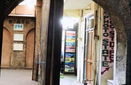 غالب کی حویلی کے ایک حصے میں _سفری انصرام کے گماشتے' دفتر اور کاغذات کی نقول بنانے والی کی دکان